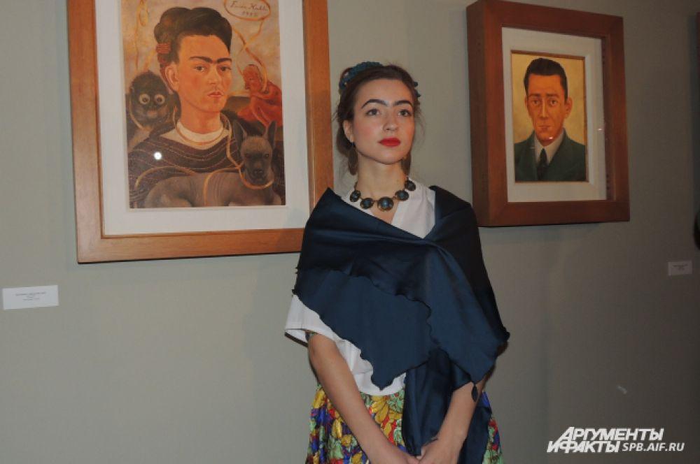 Нина пришла на выставку в образе Фриды Кало