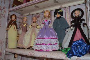 Все куклы из коллекции Ксении хранятся на полках в её комнате