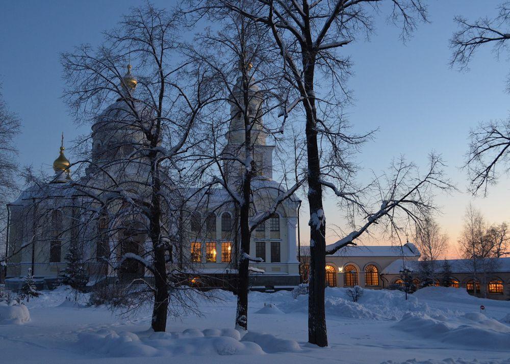 Михаило-Архангельский храм – часть стройного архитектурного ансамбля, состоящего из двух храмов, соединенных галерей.