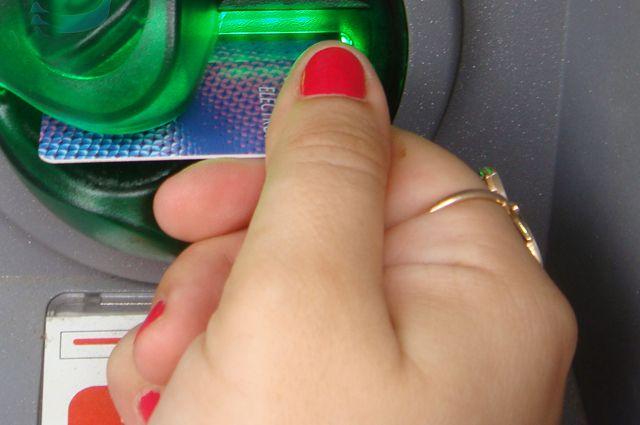 Не давайте никому данные банковской карты и не будете потом неприятно удивлены, обнаружив, что счет опустел.