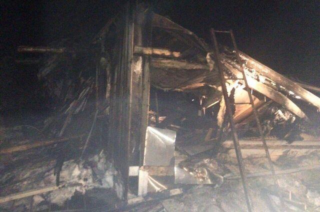 Развалины сгоревшей бани, в которой погибли дети.