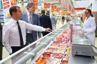 Председатель правительства России Дмитрий Медведев вовремя посещения гипермаркета вгороде Кореновск.