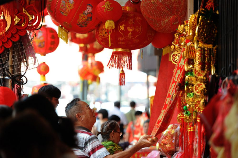 Тайцы покупают новогодние украшения в китайском квартале в Бангкоке.