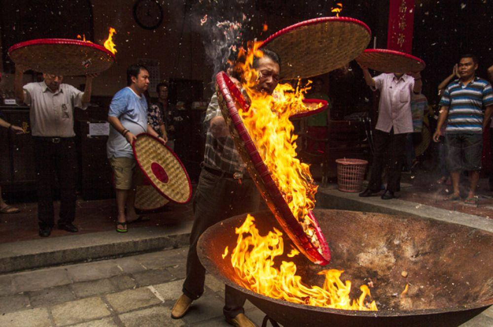 Ритуал Toa Pek Kong, который проводится в честь главных богов и символизирует, что храм готов к празднованию китайского Нового года, Семаранг, Центральная Ява, Индонезия.