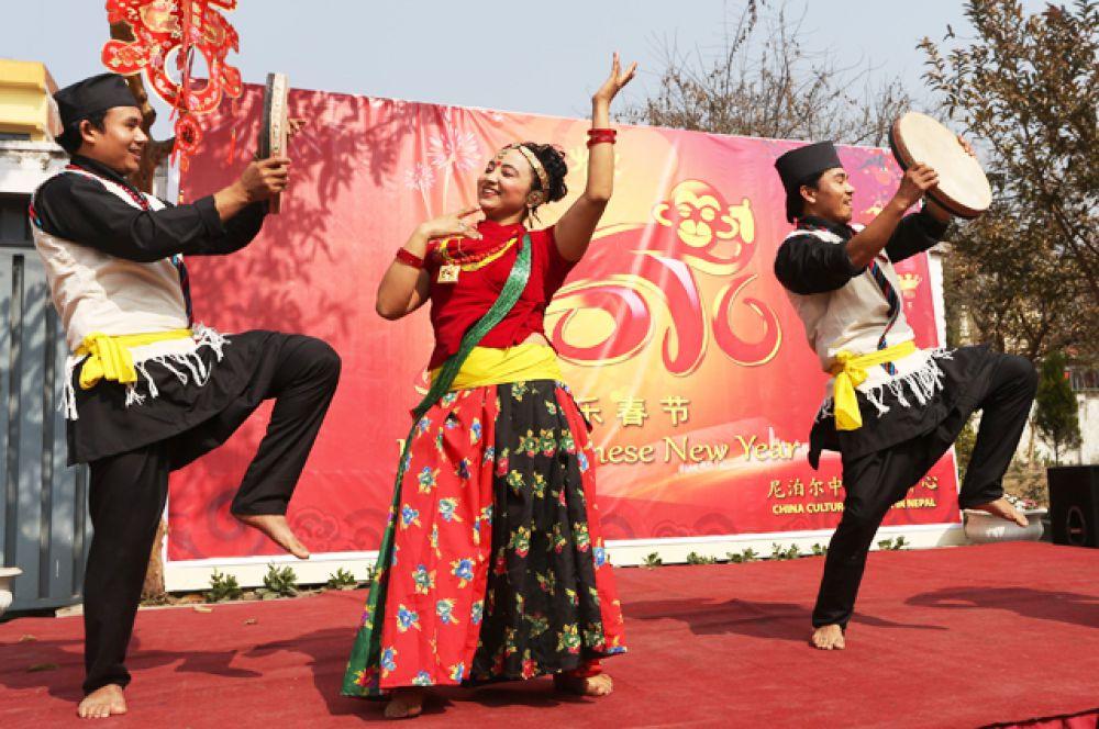 Непальские артисты исполняют танец в честь предстоящего Нового года в Катманду.