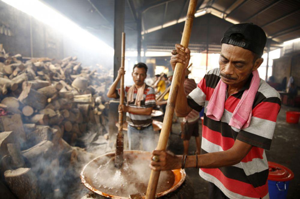 Рабочие готовят тесто для традиционного «лунного печенья» (mooncake)  в преддверии предстоящих праздников, Тангеранг.