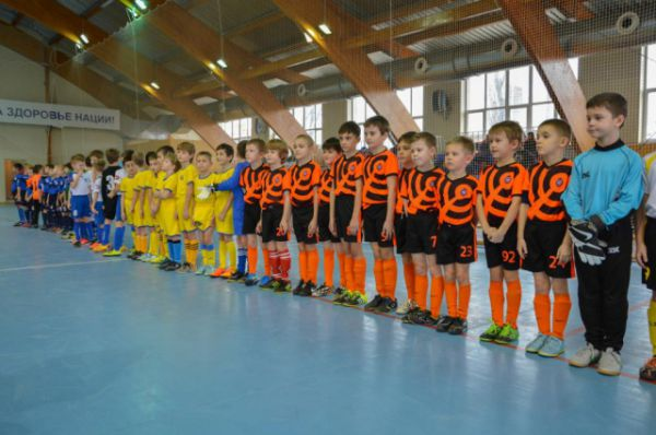 В соревнованиях принимают участие 6 команд, состоящих из мальчишек 2008 года рождения.