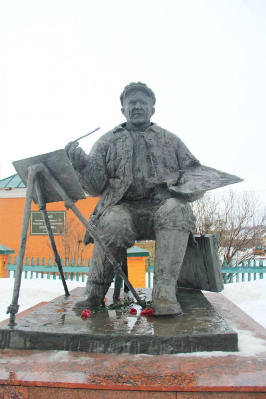 Проезжающих мимо приветствует сам Аркадий Александрович (памятник работы карсунского скульптора Александра Свиязова)