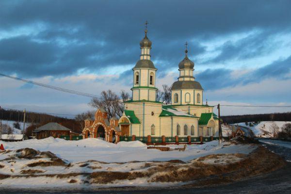Церковь в Прислонихе гармонирует с любым временем года и с любой погодой