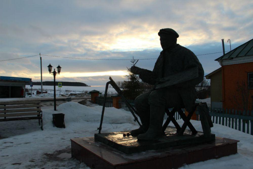 В редких лучах солнца под вечер памятник Пластову навевал светлую грусть