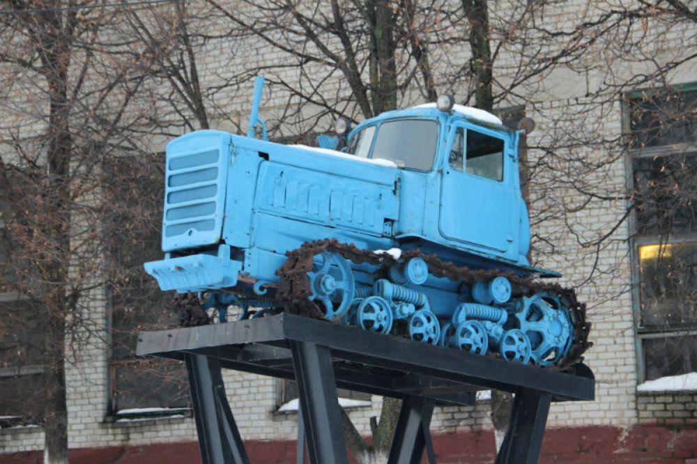 Этот симпатяга-трактор на постаменте по иронии судьбы служит печальным символом безвременно почивших совхозов