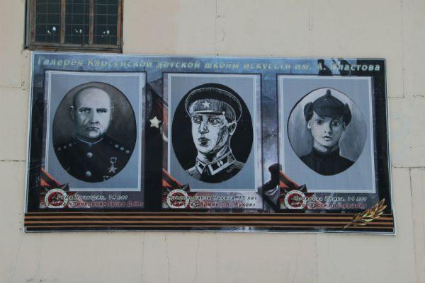 Вместо баннеров, впаривающих вам газировку и жвачку, на фасадах - работы воспитанников Владимира Фролова