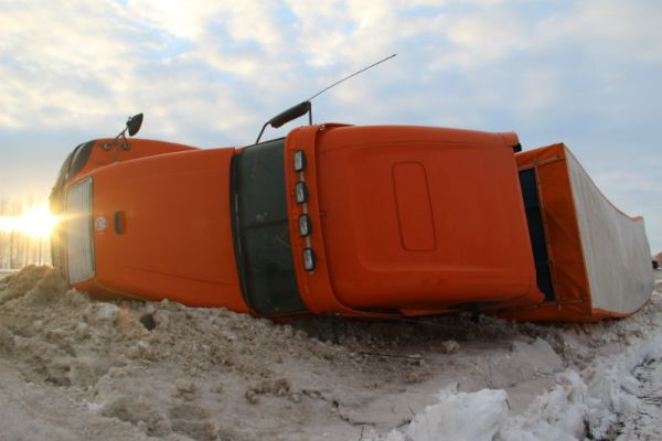 Увиденное на обратном пути: американский грузовик не справился с российской дорогой