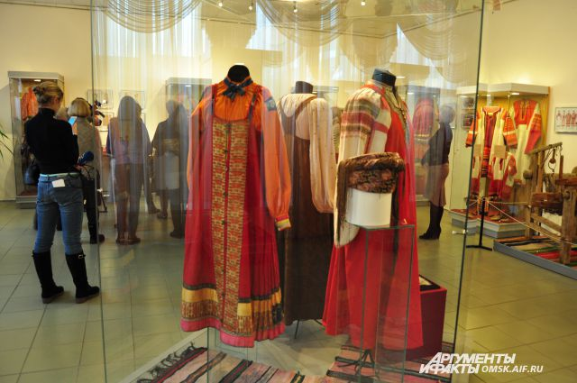 На выставке представлены различные детали одежды.