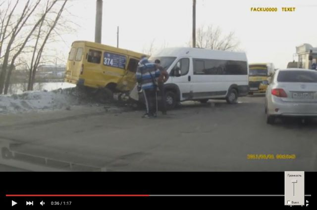 Две маршрутки столкнулись в микрорайоне Солнечном.