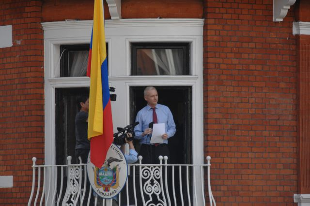 джулиан ассанж собирается покидать посольство эквадора источник