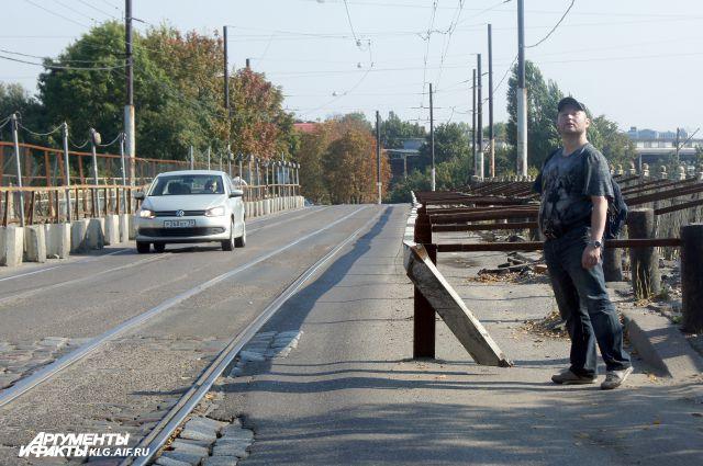 Пешеходам придется пройти несколько сотен метров по мосту.