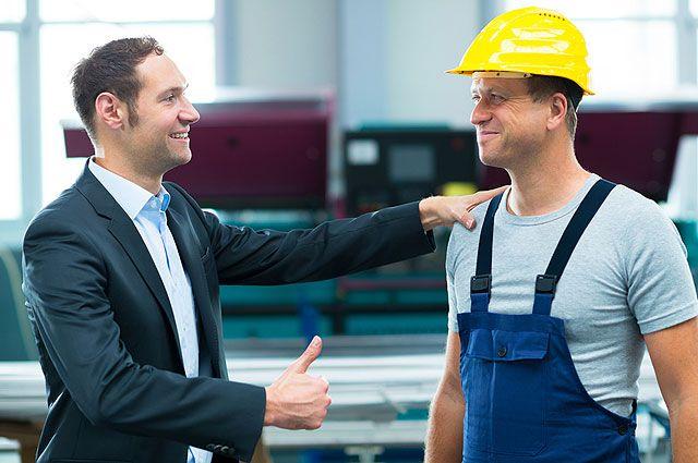Начальник-демократ ценит сотрудников за их деловые качества, а не за выслугу лет.