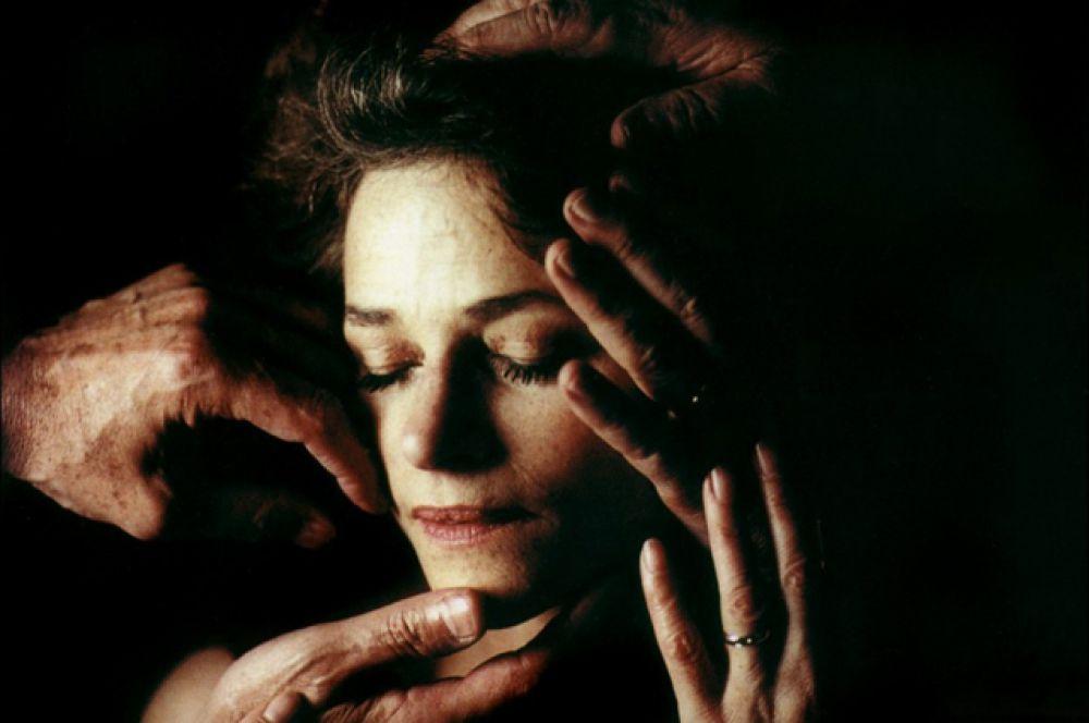 В 2000 году Шарлотта Рэмплинг снялась в главной роли в драме Франсуа Озона «Под песком», который принёс ей номинацию на французскую кинопремию «Сезар» и «Европейскую кинопремию» за главную женскую роль. В конце этого же года актриса была награждена Орденом Британской империи за заслуги в развитии культурных связей между Францией и Великобританией.
