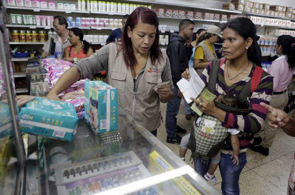 Женщина предъявляет свою идентификационную карточку и свидетельство о рождении ребенка, чтобы купить подгузники и мыло в супермаркете.