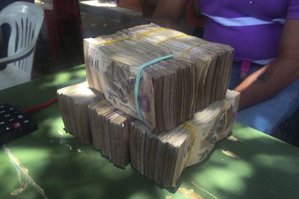 Местная валюта Венесуэлы на столе валютного трейдера в приграничном городе Майкао, Колумбия.