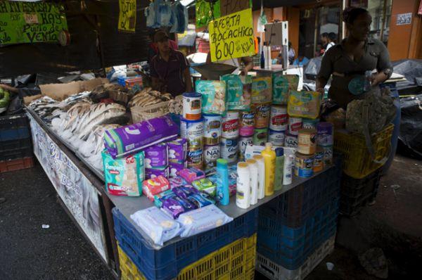 Уличная торговля в районе трущоб в Каракасе.