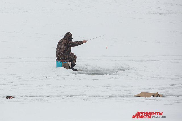 Метель блокировала почти 200 рыбаков на льду.