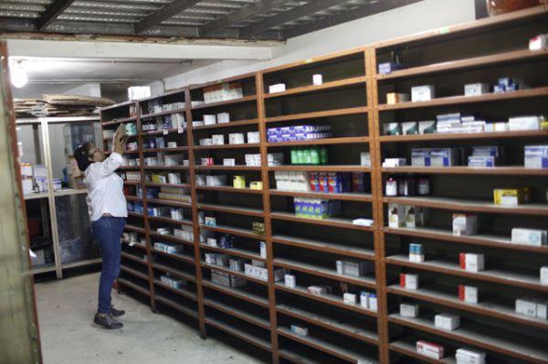 Полупустые полки в аптеках Каракаса.