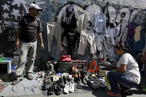 Импровизированный рынок в Каракасе. По спекулятивным ценам здесь можно купить практически всё.