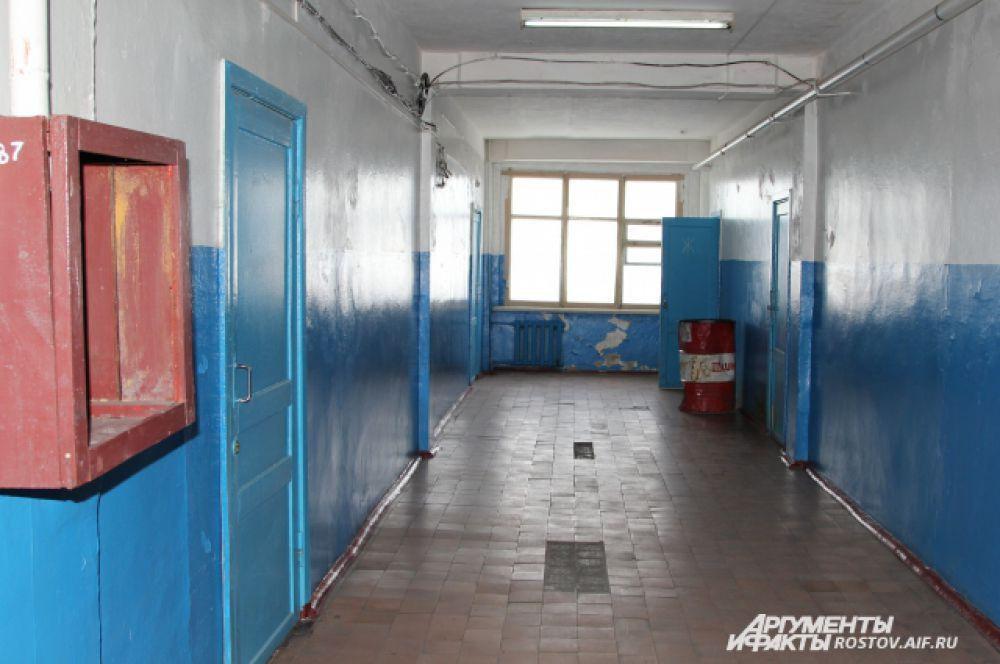 Мы беспрепятственно заходим в главный корпус «Алмазной». Коридоры пусты, двери кабинетов закрыты. Но один человек все же на месте – это директор Константин Рутьков. Он просит себя и в кабинете не фотографировать.