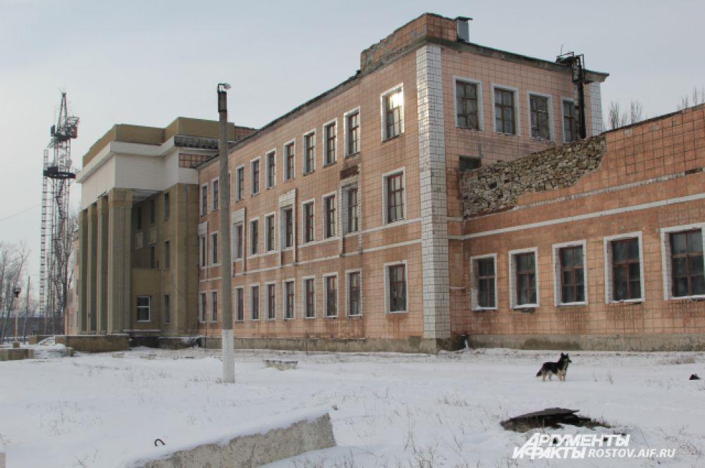 Следующий объект нашего посещения – шахта «Гуковская», находящаяся в центре Гуково. Административное здание сохранилось в хорошем состоянии и похоже на Дворец культуры.