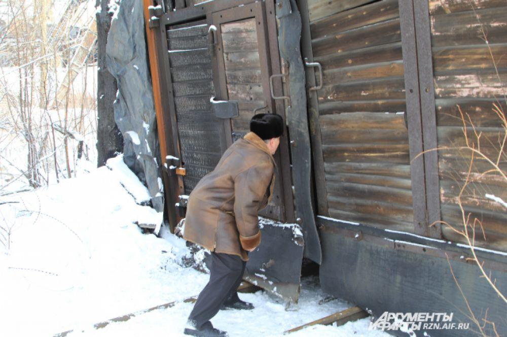 Сельский депутат Василий Аксенов определяет, что шахтеры на днях еще заходили в штольню. Такой вывод подтверждают следы на снегу. Но сейчас дверь закрыта.