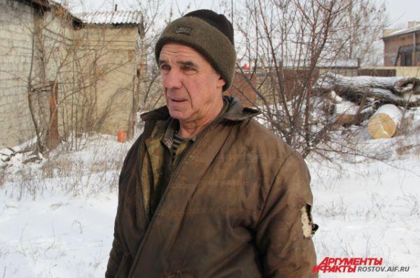 Встречаем рабочего. Он рассказывает, что шахта уголь не добывает, но остались бригады, которые откачивают воду в штольнях и поддерживают работоспособность объекта. По словам шахтера, последнюю зарплату он получил 31 декабря 2015 года - за май 2015 года.