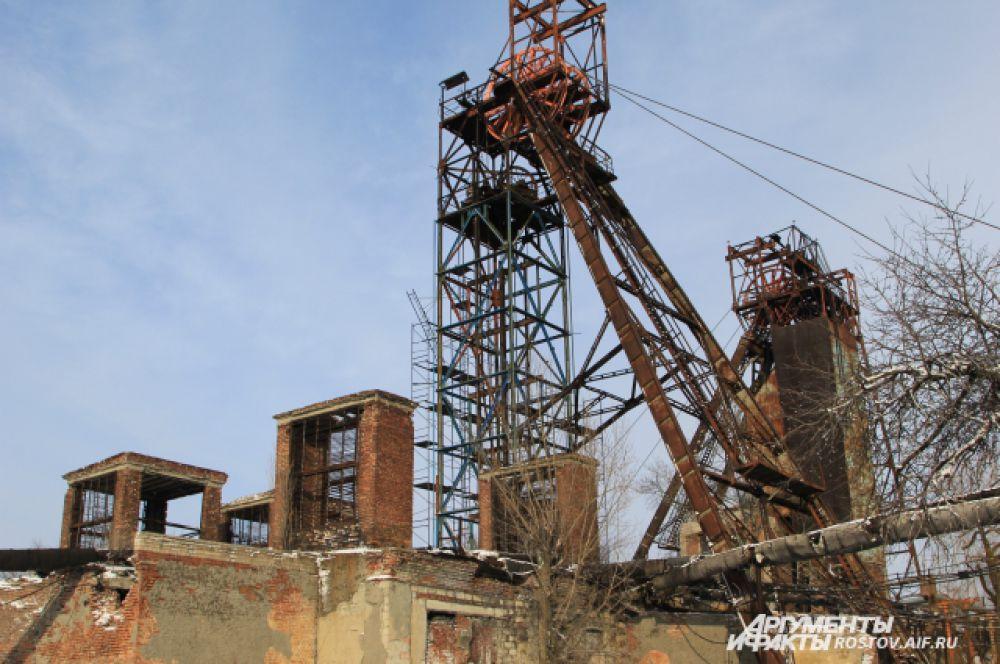 В отличие от «Алмазной», на «Гуковской» собаки встречают нас лаем, как чужаков. До недавних пор рабочие поддерживали технологический режим шахты, но с февраля последних шахтеров сократят.