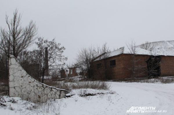 Следующая шахта – «Антрацит». На фото - въезд на территорию горнодобывающего предприятия. На месте металлических ворот и красивой вывески ничего не осталось. Кирпичные подсобные помещения разрушены. Вход – свободный.