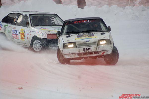 Однако для зрителей были предусмотрены солидные снежные ограждения для безопасности.