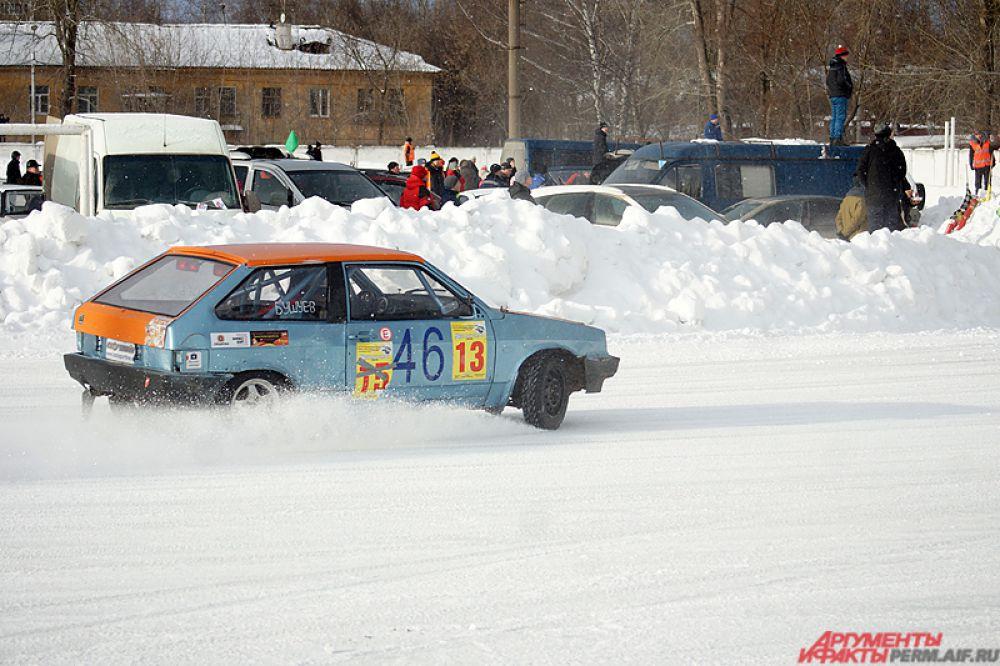 Несколько раз машины уходили в снежный кювет.