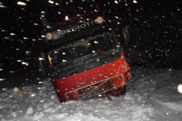 Автобус оказался в снежном плену