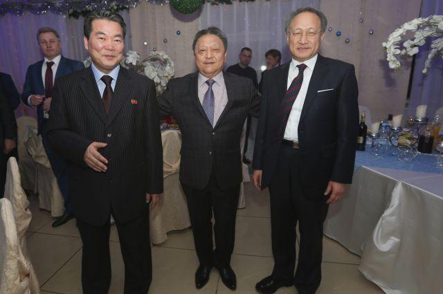 Генконсулы Северной и Южной Кореи с Валентином Паком.
