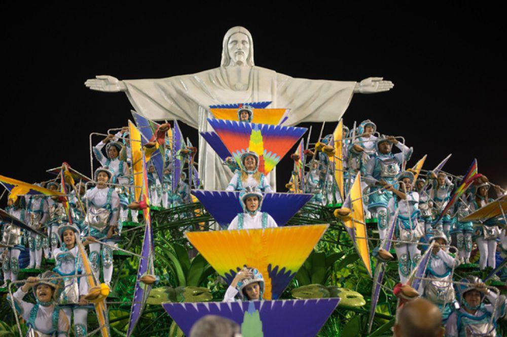 Праздник начинается с того, что мэр Рио-де-Жанейро передаст символические ключи от города королю Момо - хозяину карнавала.