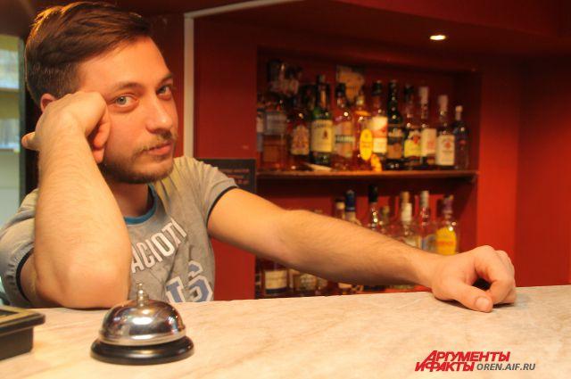 Евгений не стесняется никакой работы: сегодня он на кухне, а завтра за стойкой.