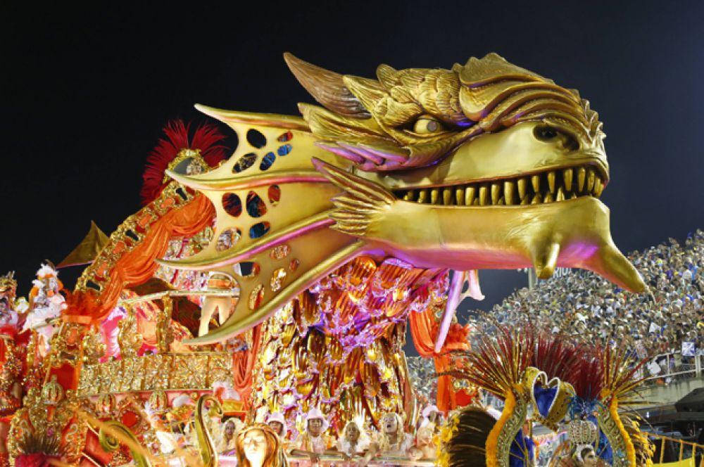 Помимо официального карнавала массовые костюмированные парады проходят на улицах Рио-де-Жанейро.