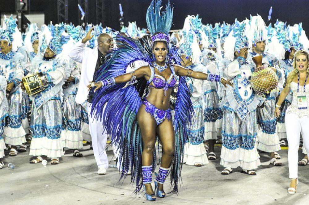 Судьи оценивают согласованность пения, ударных и танца, художественное воплощение темы, выступление женщины-знаменосца, которая традиционно стоит во главе каждого шествия и общую сплочённость выступления школы.
