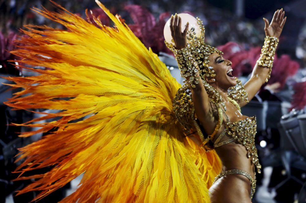 Самая зрелищная часть мероприятия — парад двенадцати школ самбы, который проходит на самбодроме в центре города.