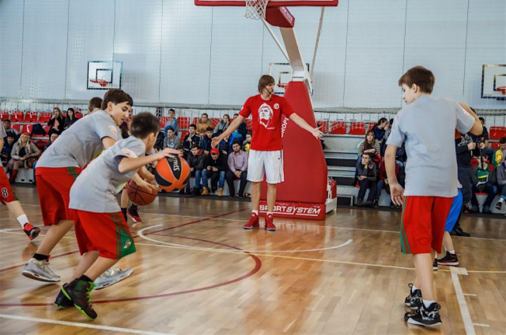 Под конец занятия, чтобы отдохнуть от упражнений, ребята с удовольствием поиграли в баскетбол.