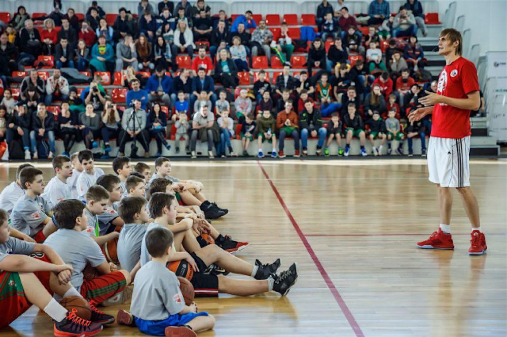Мастер-класс в «Баскет-холле», по оценкам организаторов, собрал около 800 любителей баскетбола.