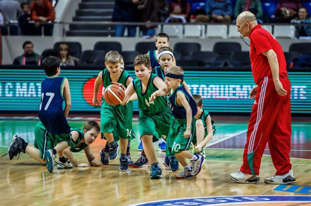 Юные баскетболисты из группы Михаила Бигаева выступают в перерыве матча «Локомотив-Кубань» - «Автодор».