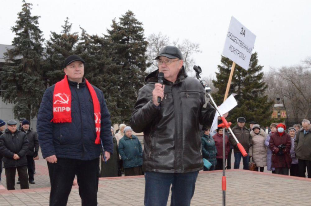 Выступает Иван Кораблин - председатель общественного совета по контролю в сфере ЖКХ. Грабительские тарифы тоже вызывают недовольство населения.