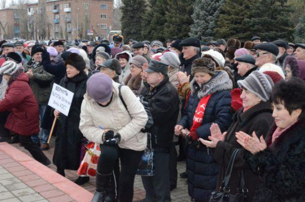 Несколько сотен человек собрались на площади Победы, чтобы поддержать местное отделение КПРФ.