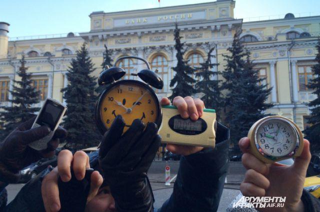 19:33 1 182  Валютные ипотечники перекрыли Неглинную улицу возле ЦентробанкаПолиция начала задерживать участников